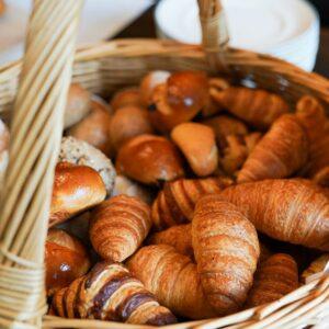 Korb mit Croissants am Frühstücksbuffet im Boutique Hotel in Zürich Signau House and Garden